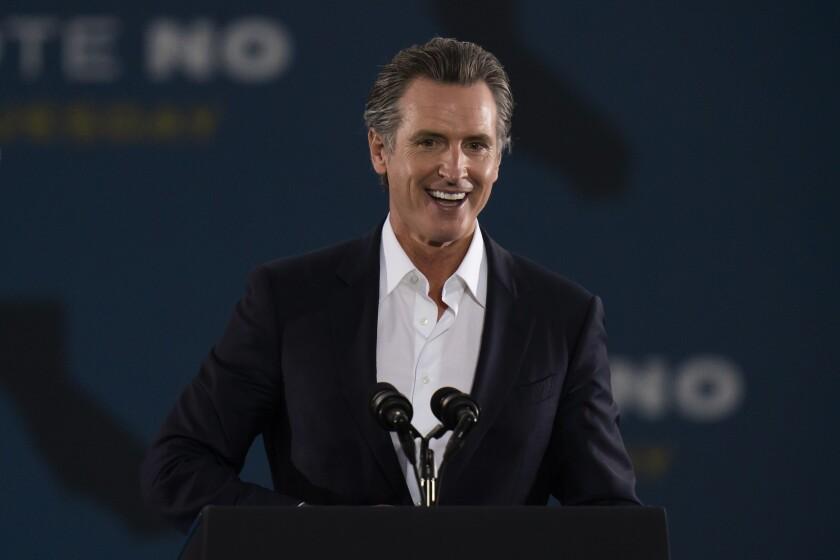 El gobernador de California Gavin Newsom en un evento de campaña en Long Beach