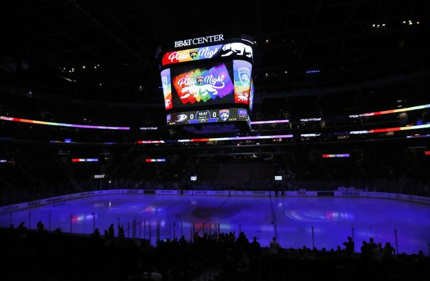 """En esta imagen del 3 de febrero de 2017, una pantalla muestra el mensaje """"Pride Night"""" (Noche del Orgullo) antes del inicio de un juego de la NHL entre los Panthers de Florida y los Ducks de Anaheim en Sunrise, Florida. (AP Foto/Wilfredo Lee)"""