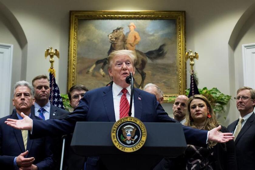 """El presidente de los Estados Unidos, Donald J. Trump (c), habla durante la ceremonia de firma de una orden ejecutiva sobre una """"Hoja de ruta del presidente para empoderar a los veteranos y poner fin a una tragedia nacional de suicidio"""", también conocida como Iniciativa PREVENTS, este martes en el salón Roosevelt de la Casa Blanca, en Washington, DC (EE. UU.). EFE"""
