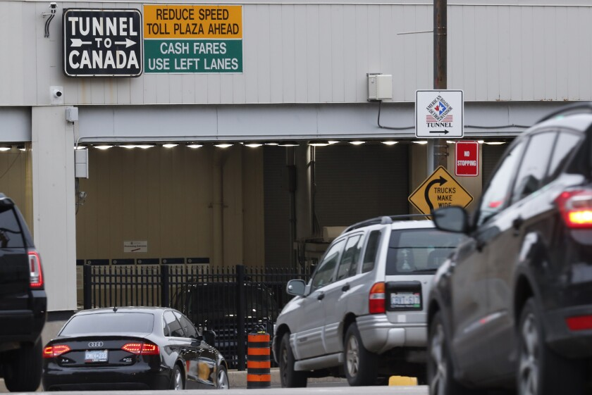 Vehículos hacen fila para entrar al Túnel Detroit-Windsor, en Detroit, para cruzar hacia Canadá, el 16 de marzo de 2020. (AP Foto/Paul Sancya, File)