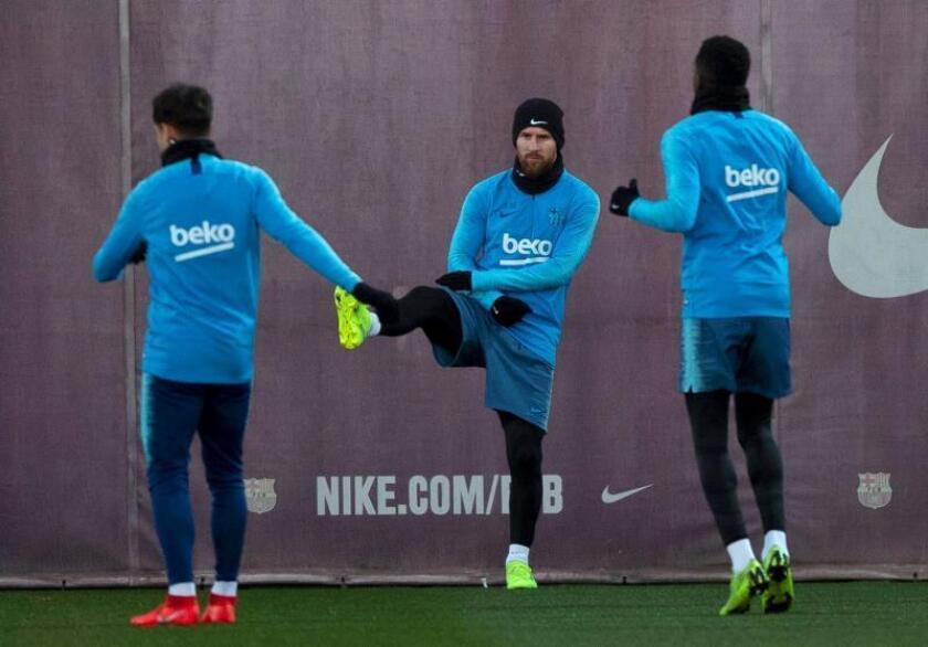 El delantero argentino del FC Barcelona, Lionel Messi (c), durante el entrenamiento que realiza la plantilla barcelonista hoy para preparar el partido de ida de las semifinales de la Copa del Rey que disputarán mañana ante el Real Madrid en el Camp Nou de Barcelona. EFE