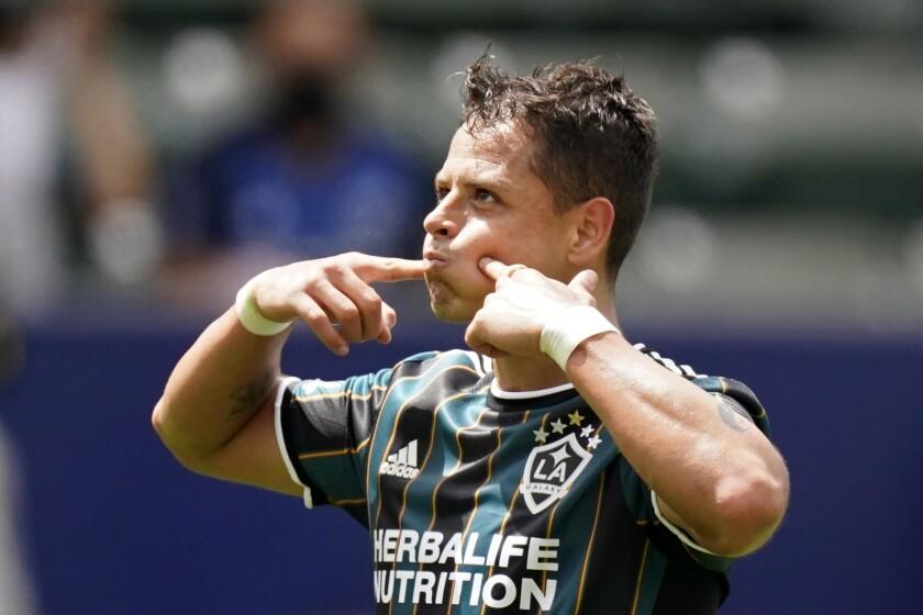 """El mexicano Javier """"Chicharito"""" Hernández festeja luego de anotar por el Galaxy de Los Ángeles."""