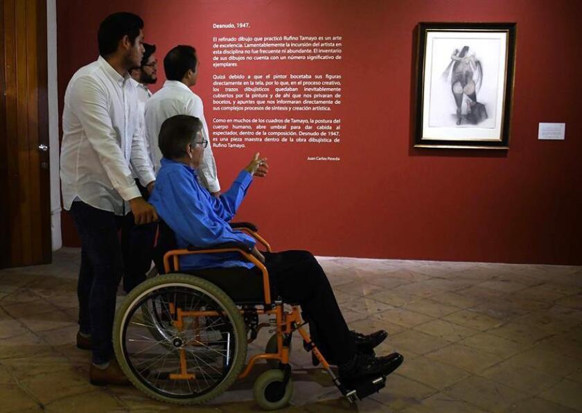 """Visitantes observan fotografías de la muestra """"Arte Recuperado"""" hoy, miércoles 3 de octubre de 2018, en Veracruz (México). EFE"""