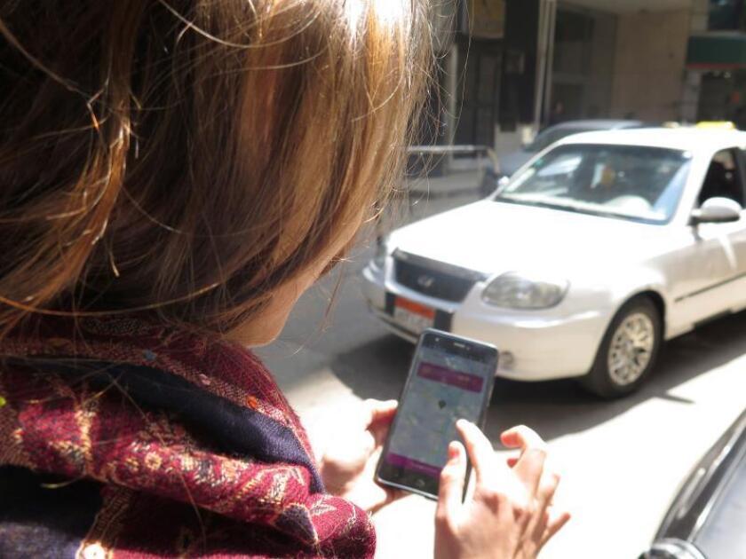 Con la app, disponible desde hace unas semanas, la usuaria determina un punto de recogida y destino y, para garantizar la seguridad de las pilotos y las clientas, el sistema incorpora un sistema de confirmación visual y un botón de emergencia que permite bloquear el coche en caso de que el usuario no sea una mujer. EFE