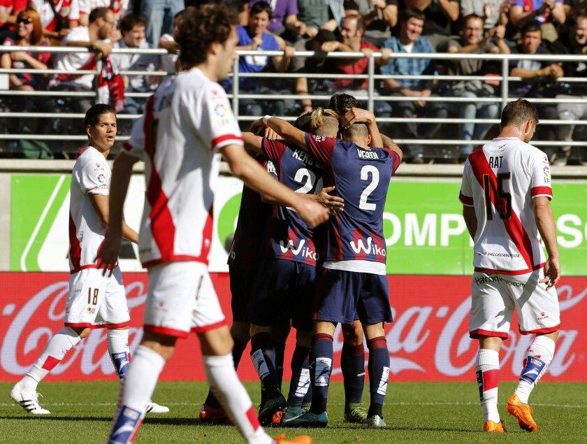 Los jugadores del Eibar celebran el gol marcado en propia puerta por el defensa del Rayo Diego Llorente, durante el encuentro de la décima jornada de liga de Primera División disputado hoy en el estadio de Ipurúa de Eibar (Guipúzcoa).