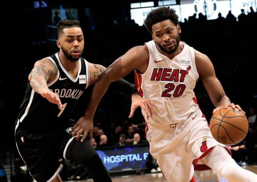 Miami Heat forward Justise Winslow (R) dribbles past Brooklyn Nets' guard D'Angelo Russell in the first half of their NBA basketball game at Barclays Center in Brooklyn, New York. EFE