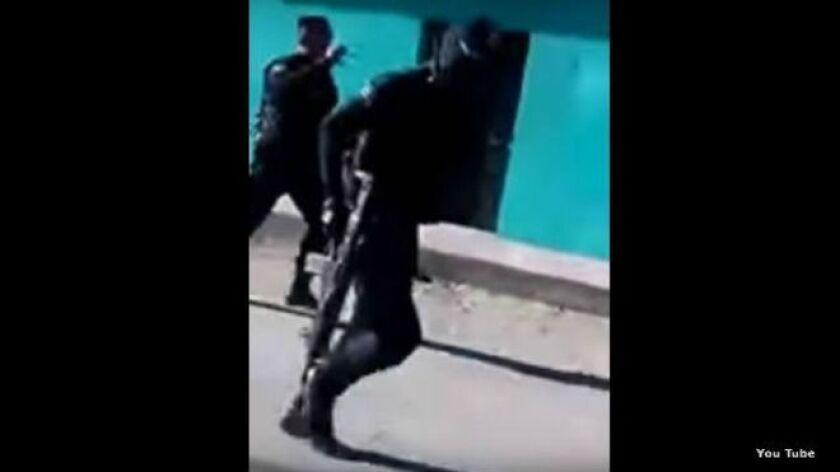 Los policías huyeron del grupo que aparentemente asesinó a una persona.