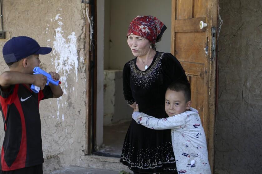 Alif Baqytali ABRAZA A SU MADRE, Gulnar Omirzakh, en su nueva casa en Shonzhy, Kazajistán.