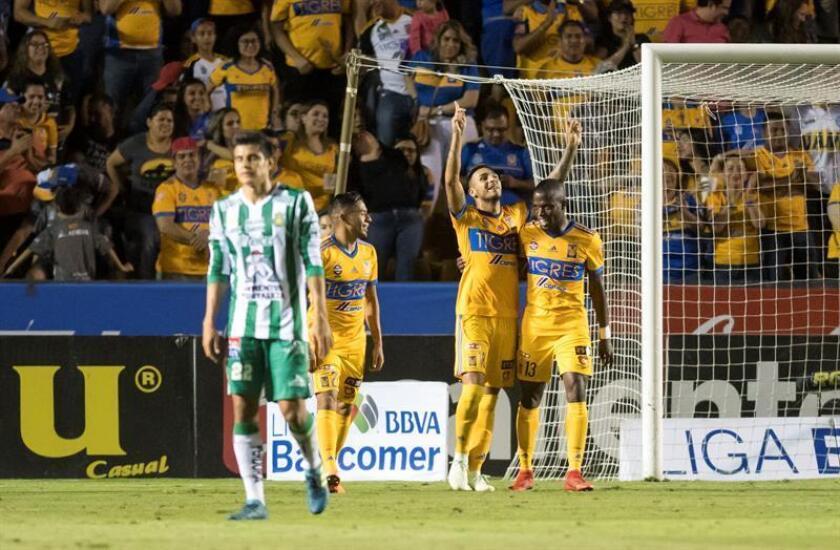 Varios jugadores de Tigres celebran tras un gol ante León hoy, sábado 31 de marzo de 2018, durante el partido correspondiente a la jornada 13 del Torneo Clausura 2018, celebrado en el estadio Universitario de la ciudad de Monterrey (México). EFE
