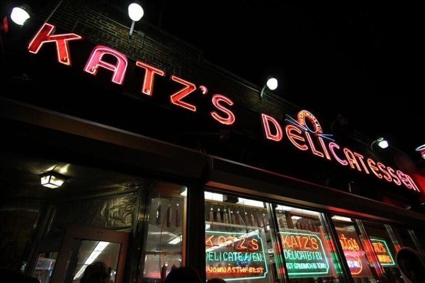 """Fotografía sin fecha cedida por el restaurante Katz's Delicatessen en donde aparece el exterior del restaurante Katz's Delicatessen del barrio neoyorquino del Lower East Side, donde se sirve el """"pastrami"""" más popular de la ciudad y que este fin de semana celebra su 125 aniversario. EFE"""