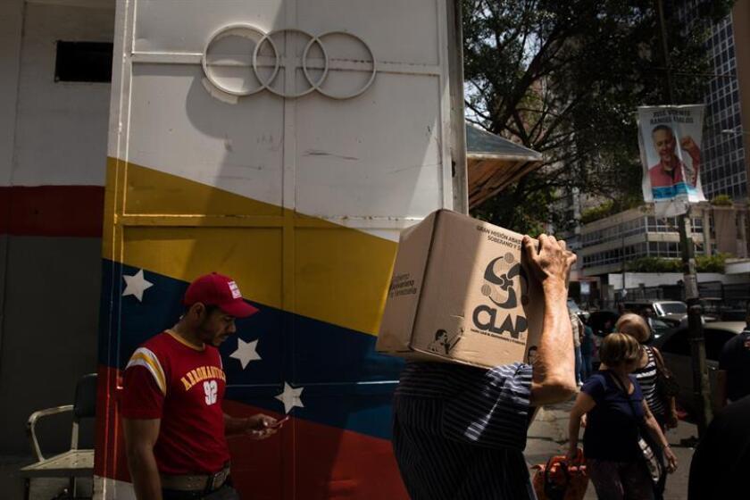 Vista de la sede del Consejo Comunal de Tocome, donde encargados del operativo entregan cajas del Comité Local de Abastecimiento y Producción (CLAP)en Caracas (Venezuela). EFE/Archivo