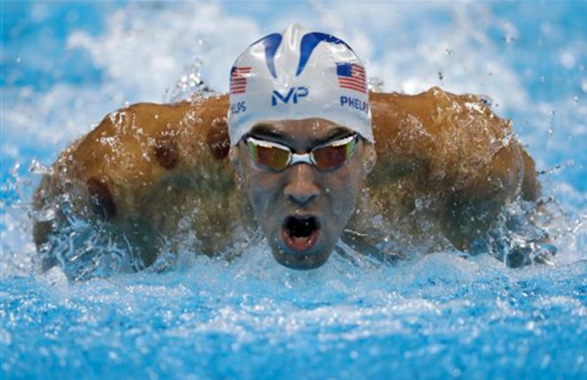 El nadador estadounidense Michael Phelps compite en los 200 metros mariposa en los Juegos Olímpicos de Río de Janeiro el lunes, 8 de agosto de 2016. (AP Photo/Michael Sohn)