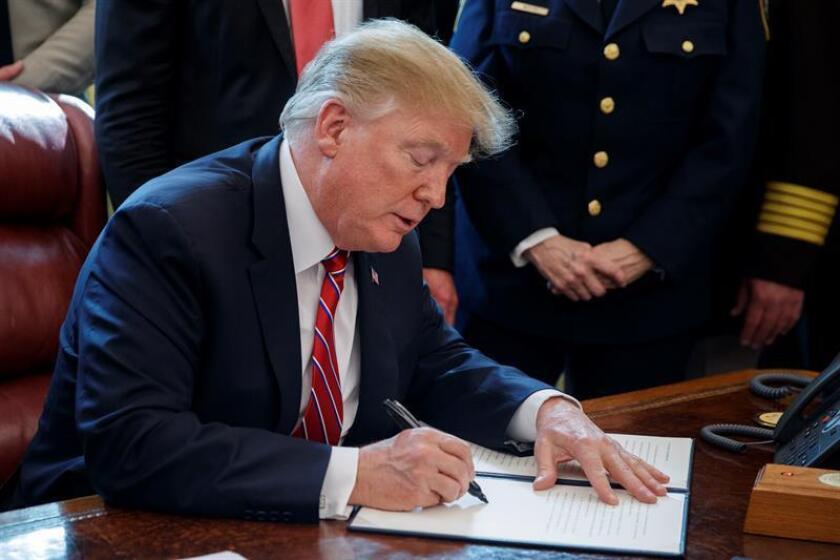 El presidente de los Estados Unidos, Donald J. Trump, hace comentarios sobre la seguridad nacional y la crisis humanitaria en la frontera sur y veta la legislación que anula su declaración de emergencia nacional en la frontera sur en una ceremonia en la Oficina Oval de la Casa Blanca en Washington, DC, EEUU. EFE