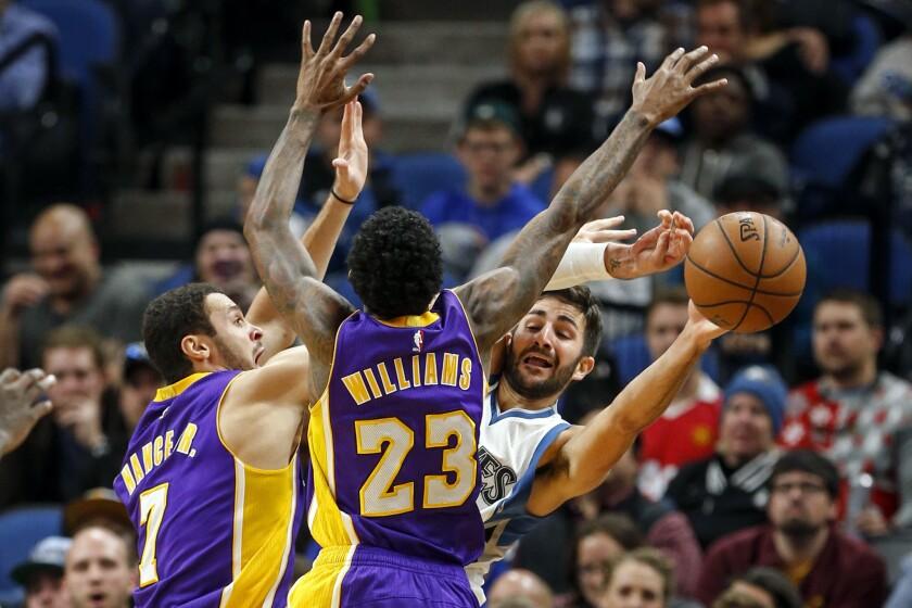 El entrenador Luke Walton, enfatizó que Lakers tomará tiempo para ser un equipo defensivo.