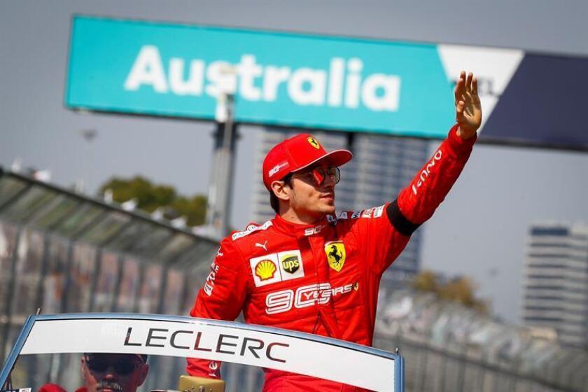 """El piloto monegasco Charles Leclerc (Ferrari) admitió tras el Gran Premio de Australia que la escudería italiana le pidió """"guardar las posiciones"""" y no intentar el adelantamiento de su compañero alemán Sebastian Vettel, que iba más lento que él y acabó por delante la carrera. EFE"""