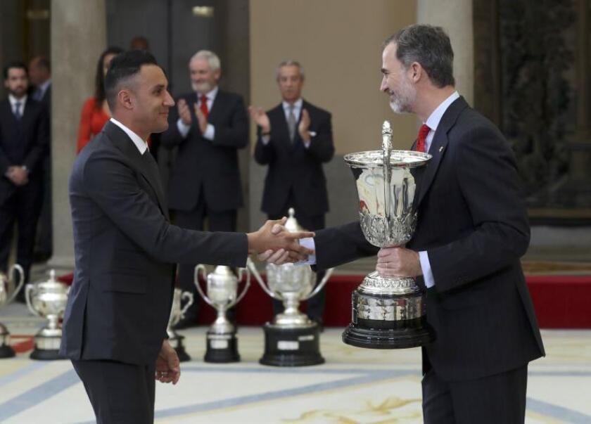 El guardameta del Real Madrid Keylor Navas recoge el Trofeo Comunidad Iberoamericana que le ha entregado el Rey Felipe VI, durante la ceremonia de entrega de los Premios Nacionales del Deporte 2017 que ha tenido lugar hoy en el Palacio de El Pardo. EFE