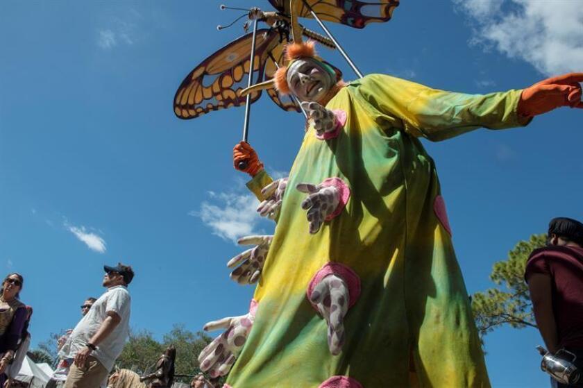 Fotografía de los personajes que ambientan el Renaissence Festival hoy en el parque Quiet Waters de Deerfield Beach, Florida (EE.UU.).EFE