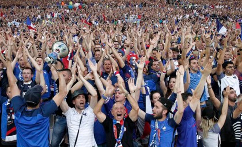Hinchas de Francia animan durante las semifinales de la Eurocopa contra Alemania el jueves, 7 de julio de 2016, en Marsella, Francia. (AP Photo/Thanassis Stavrakis)