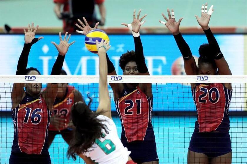 Yonkaira Pena (i, arriba), Jineiry Martinez (c, arriba) y Brayelin Martinez (d, arriba) de la República Dominicana saltan para bloquear el balón contra Samantha Bricio (abajo) de México, durante un partido del Grupo E de la segunda ronda del Campeonato Mundial Femenino de Voleibol de la FIVB. EFE
