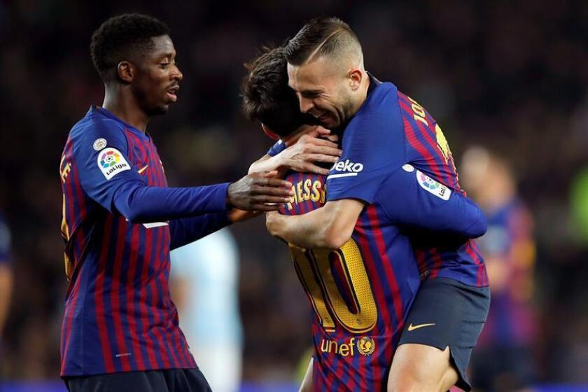 Los jugadores del FC Barcelona, (i-d) el francés Ousmane Dembelé, el argentino Leo Messi y Jordi Alba, celebran el segundo gol del equipo blaugrana durante el encuentro correspondiente a la jornada decimoséptima de primera división que disputaron frente al Celta en el estadio Camp Nou de Barcelona. EFE