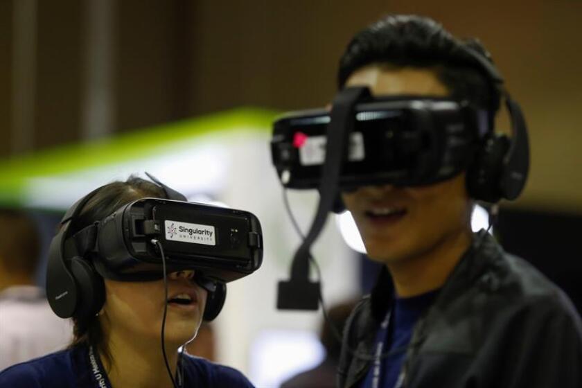 Asistentes interactúan con dispositivos de realidad virtual hoy, miércoles 7 de noviembre de 2018, durante la inauguración del SingularityU México Summit que se celebra en Puerto Vallarta, Jalisco (México). EFE