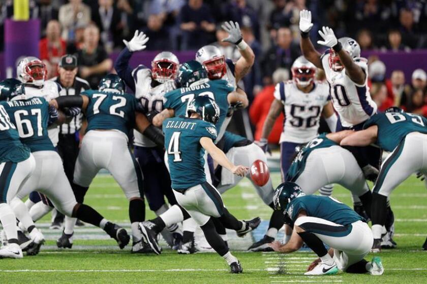 En la imagen un registro de Jake Elliott (c), pateador de los Eagles de Filadelfia, quien anotó el gol de campo de 43 yardas que definió el triunfo de su equipo 25-22 sobre los Giants de Nueva York, durante un partido de la NFL. EFE/Archivo
