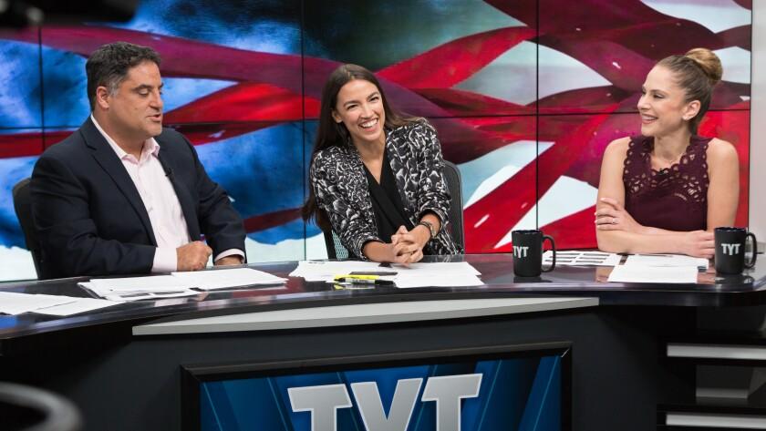Alexandria Ocasio-Cortez (al centro) de los nuevos rostros latinos en el Congreso de Estados Unidos.