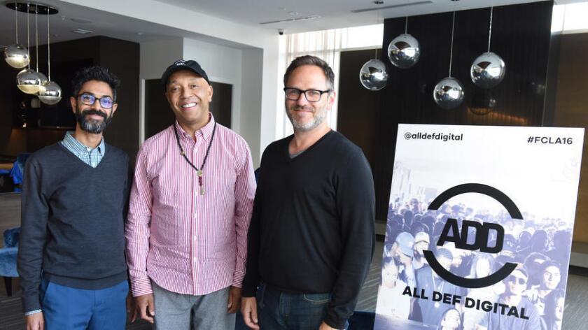 De izquierda a derecha, el presidente y jefe ejecutivo de All Def Digital, Sanjay Sharma; el fundador Russell Simmons y el director general de TDAH, Josh Mandel, durante una conferencia en Los Ángeles, en mayo.