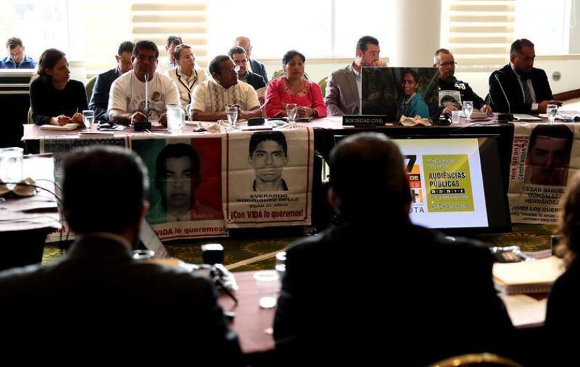 """Representantes de las víctimas de Ayotzinapa exponen sus argumentos ante la Comisión Interamericana de Derechos Humanos, durante la sesión """"mecanismo de seguimiento del asunto de Ayotzinapa"""". EFE/Archivo"""