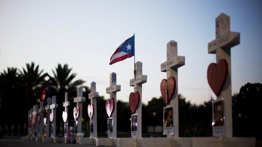 A unas calles del club Pulse, cruces, una para cada una de las víctimas, en un memorial dedicado a todos los que perdieron la vida en la discoteca, en Orlando.