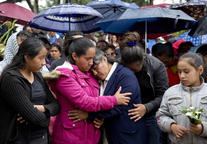 La madre de Jesús Cadena, que falleció el domingo pasado durante un operativo de la policía para retirar un bloqueo a una carretera, es consolada por parientes, en Nochixtlán, en el estado de Oaxaca, México. (AP Foto/Eduardo Verdugo)
