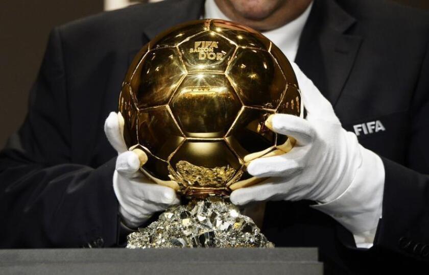 Un empleado de la FIFA coloca el trofeo del Balón de Oro en Zúrich, Suiza. EFE/Archivo