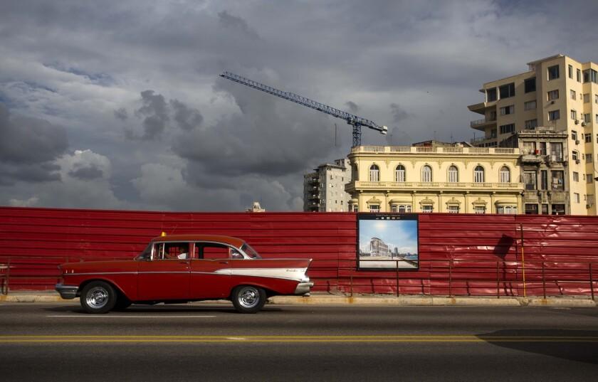 Un vehículo pasa frente a un lote vacío donde se construirá un hotel en el Malecón de La Habana el 9 de junio del 2016. A un año y medio del acercamiento entre Cuba y Estados Unidos, Cuba está en la mira de muchos inversionistas extranjeros, pero resta por verse si se superan las trabas burocráticas que frustraron numerosos proyectos en el pasado. (AP Photo/Desmond Boylan)