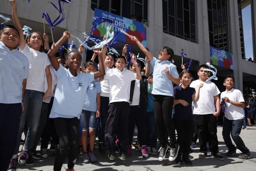 Más de 2,500 estudiantes de quinto grado de todas partes del Condado de Los Ángeles se unieron ayer con éxito en el Music Center Plaza para establecer el récord de la danza de la cinta más grande del mundo como parte del 45 Festival Infantil Anual Blue Ribbon.