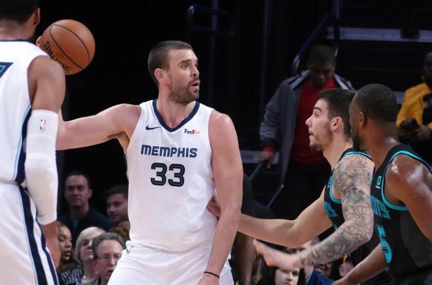 Marc Gasol (c) de los Memphis Grizzlies en acción ante Willy Hernangómez (dcha) de Charlotte Hornets. EFE/Archivo
