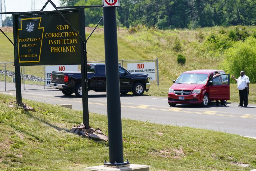 پرسنل امنیتی در ورودی م Corسسه اصلاحی ایالتی ققنوس در کالجویل ، پنسیلوانیا مستقر هستند.