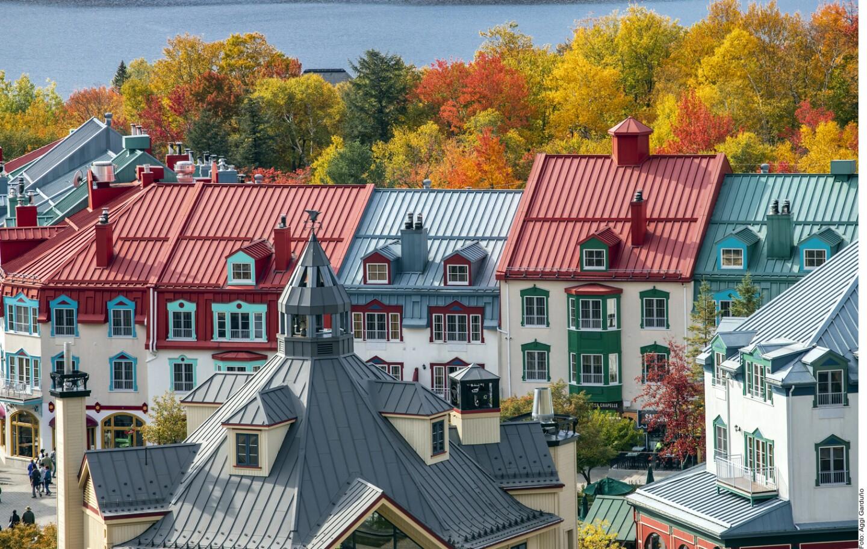 Caminar entre las calles peatonales de Mont Tremblant, en Quebec, Canadá, te transporta a una villa europea con casitas de colores, pasillos enigmáticos y todo tipo de alternativas para comer, beber, hacer shopping y realizar variedad de actividades.