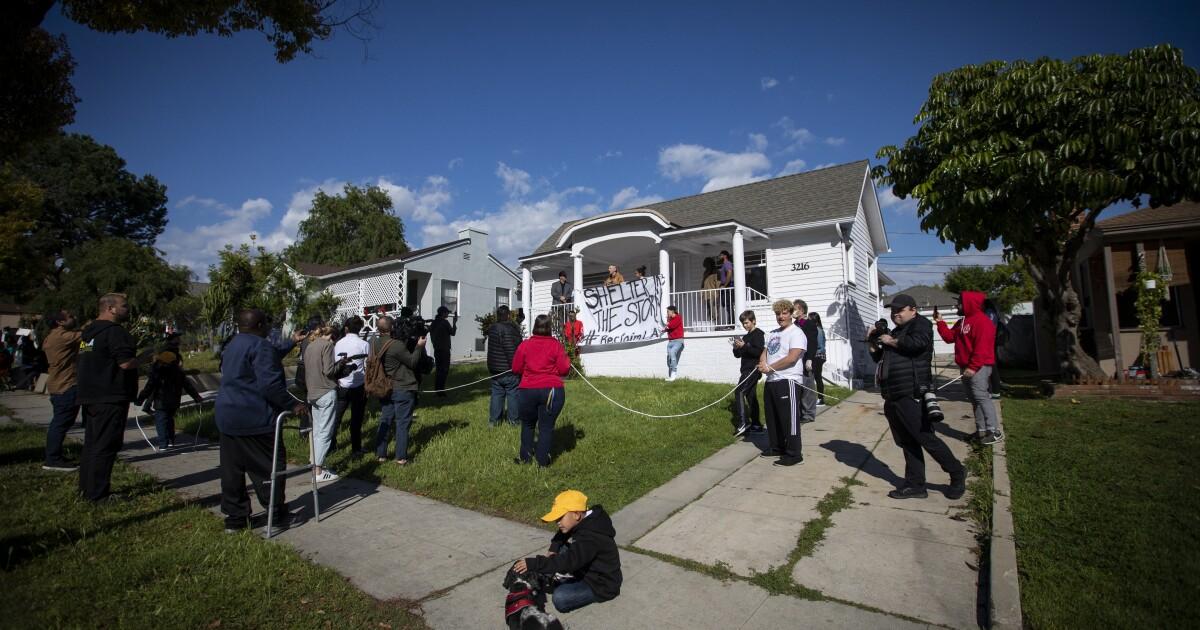 Επικαλούμενη coronavirus, άστεγες οικογένειες κατάσχουν τα 12 ακατοίκητα σπίτια στο Λ. Α.: