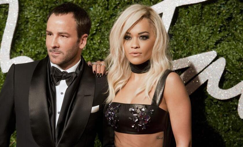 El diseñador estadounidense Tom Ford (i) y la cantante estadounidense Rita Ora (d) llegan a la ceremonia de los British Fashion Awards, el lunes 1 de diciembre de 2014, en el Teatro Coliseo de Londres (Reino Unido). EFE/Archivo