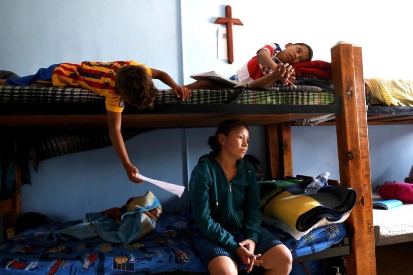 Una familia de migrantes refugiada en una iglesia de Las Cruces, Nuevo México.