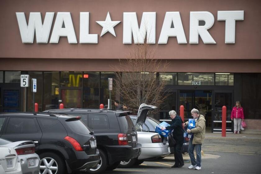 La cadena de grandes superficies Walmart cerró su año fiscal 2017 con un beneficio neto de 13.643 millones de dólares, un 7,2 % menos respecto del ejercicio anterior aunque mejor de lo que esperaban los mercados. EFE/ARCHIVO