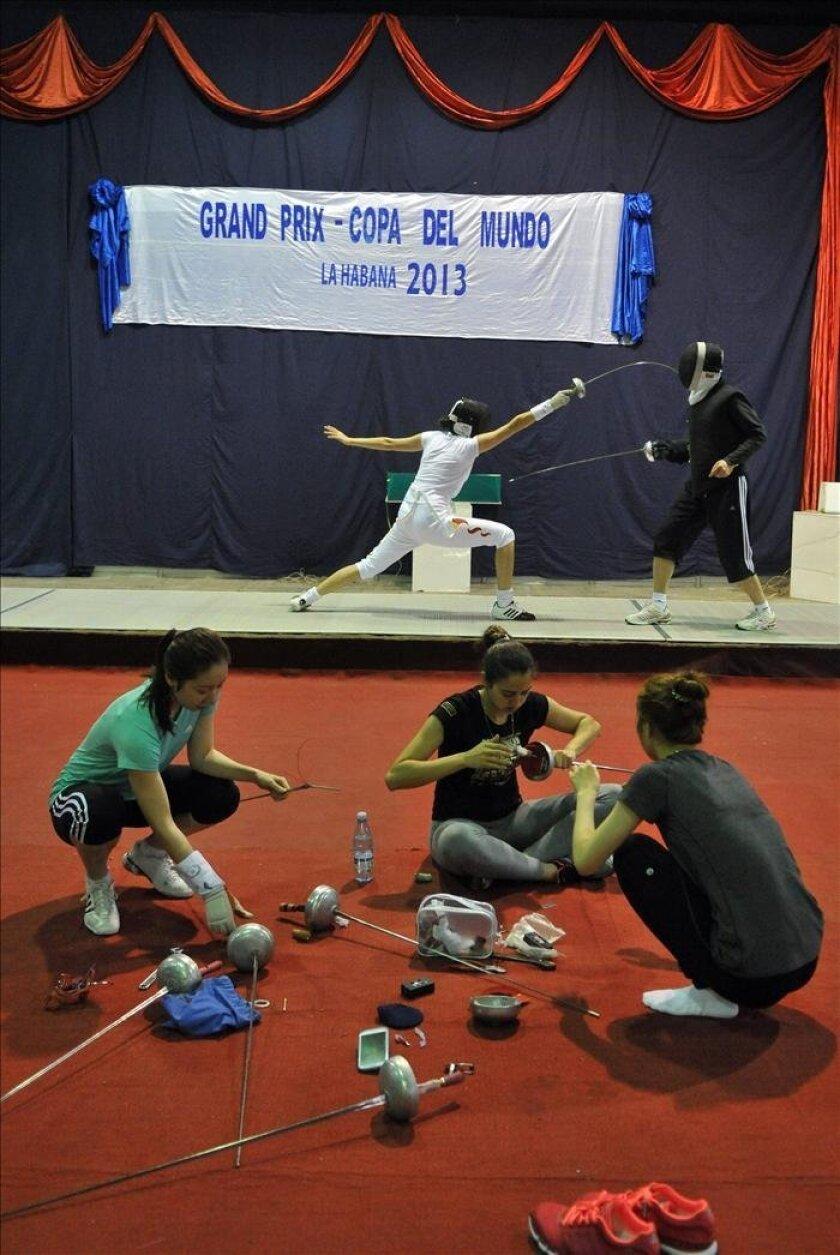 Varias atletas compiten durante la apertura del Grand Prix femenino de espada, en La Habana (Cuba). EFE