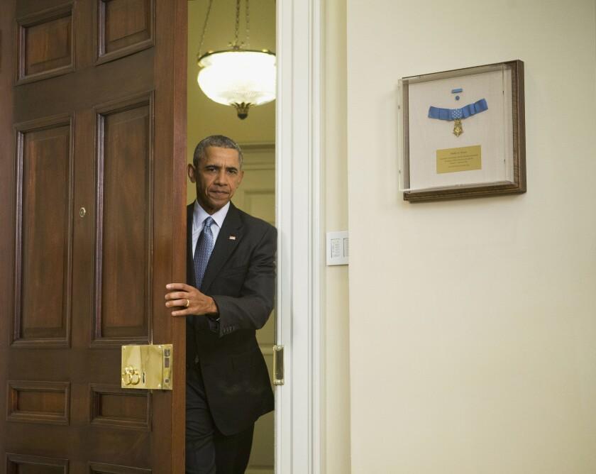 """El presidente Barack Obama llega al Salón Roosevelt de la Casa Blanca, en Washington, el martes 23 de febrero de 2016. Obama propuso cerrar """"de una vez por todas"""" el centro de detención de Guantánamo y transferir los detenidos a EEUU, aunque su plan no especifica dónde. (Foto AP/Pablo Martinez Monsivais)"""