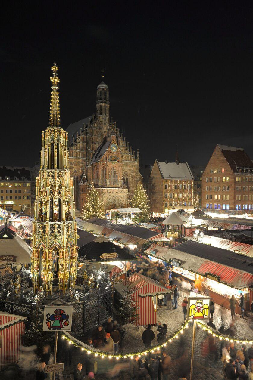 Visitantes caminan entre los puestos de venta en el mercado de Navidad de Núremberg (Alemania).