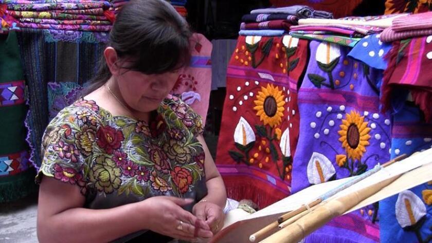 Fotografía de una indígena tzotzil que realiza diseños que plasman la herencia cultural en el estado mexicano de Chiapas. EFE/SOLO USO EDITORIAL