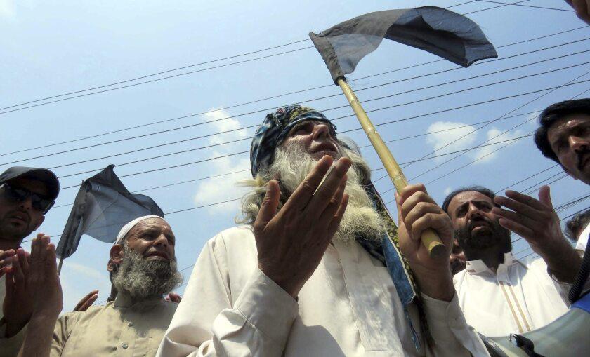 Varias personas rezan durante una manifestación contra India en la localidad Muzaffarabad, Cachemira, Pakistán. Narendra Modi pidió que regrese la paz a la región Cachemira, donde por cuarto día consecutivo se ha decretado el toque de queda tras los disturbios por la muerte del insurgente del grupo separatista Hizb-ul-Mujahideen (HM) Burhan Wani, de 21 años. Al menos 30 personas han fallecido desde el inicio de los disturbios el pasado sábado. EFE/Amirudding Mughal