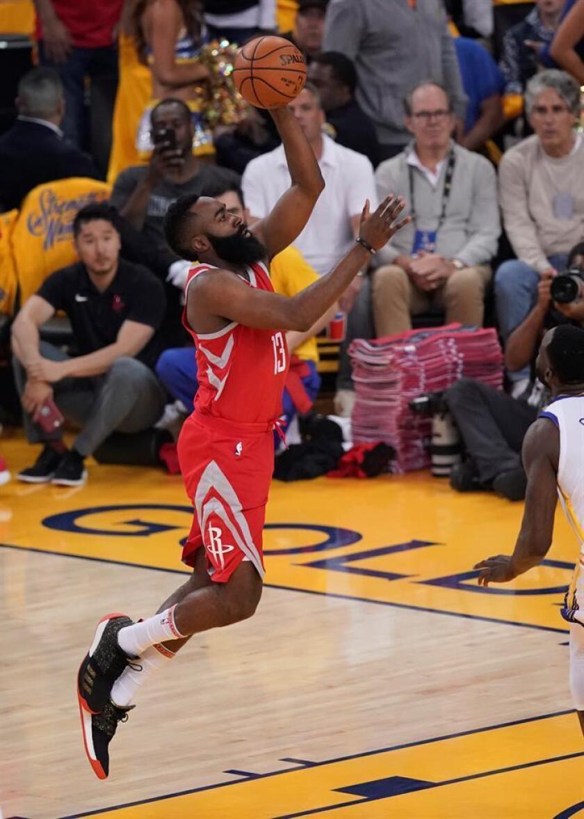 En la imagen un registro de James Harden, base estrella de los Rockets de Houston , quien aportó un doble-doble de 29 puntos y 10 asistencias en el triunfo de su equipo 108-101 sobre los Spurs de San Antonio. EFE/Archivo