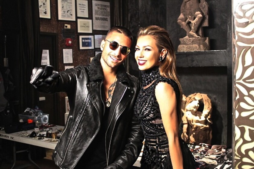 El colombiano Maluma al lado de la mexicana Thalía durante la grabación del videoclip correspondiente a un dúo musical que hicieron; el trabajo se rodó en el Barrio Chino de Nueva York y saldrá próximamente.