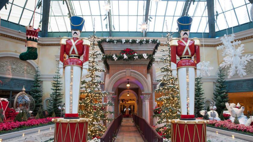 El Conservatorio del Bellagio está decorado para las fiestas con plantas y ornamentos. En el este del pabellón se observan figuras de soldados que 'vigilan' el ingreso.