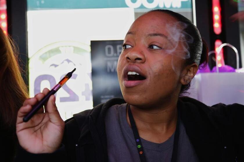 Desiree Ross, de Denver, fuma marihuana el miércoles 1 de enero de 2013, en Denver (EE.UU.). Veinticinco ciudades y condados del estado de Colorado (EE.UU.) permiten desde ese día la venta legal y limitada de marihuana en cerca de 160 establecimientos, el primer lugar del mundo en hacerlo libremente para todos los mayores de 21 años. EFE/Archivo